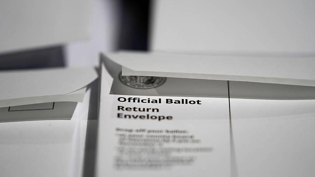 Ein Stapel von Briefumschlägen mit Stimmzetteln, die darauf warten, verschickt zu werden, sind beim «Wake County Board of Elections» zu sehen. Foto: Gerry Broome/AP/dpa