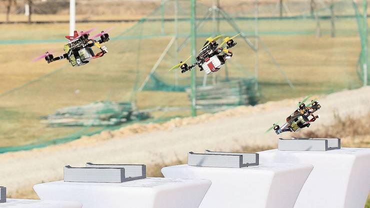 Die leistungsstarken Drohnen befinden sich einige Sekunden nach dem Startpfiff bereits in der Luft und visieren das erste Tor an. Beim Drone Racing handelt es sich übrigens um eine Motorsportart. «Gucklochfahrer» riskieren einen Führerscheinentzug.