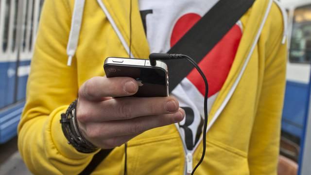 Künftig ohne vorinstallierte YouTube-App: Das iPhone (Symbolbild)