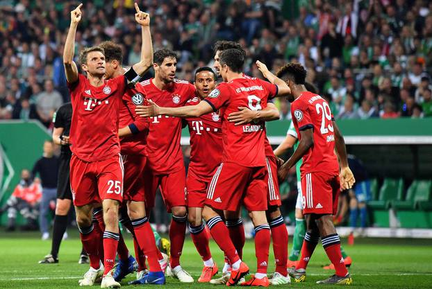 Müller (links) bejubelt seinen Treffer zum 2:0.