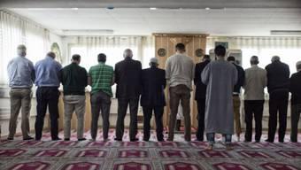 Muslime beim Mittagsgebet in einer Schweizer Moschee. (Archivbild)