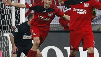 Leverkusens Simon Rolfes (mitte) traf in der Verlängerung zum 3:1 für den Gastgeber