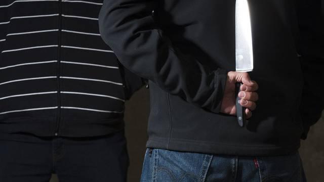 Der Unbekannte bedrohte die Kassiererin mit einem Messer. (Symbolbild)