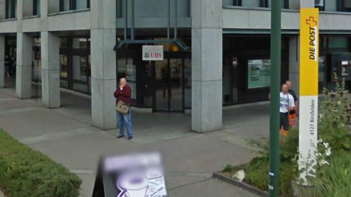 Diese UBS-Filiale in Birsfelden wurde überfallen. Der Täter flüchtete Richtung Post.