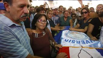 Die Eltern des getöteten Oppositionspolitikers Rodrigo Quintana beim Sarg ihres Sohnes in Paraguays Hauptstadt Asunción.