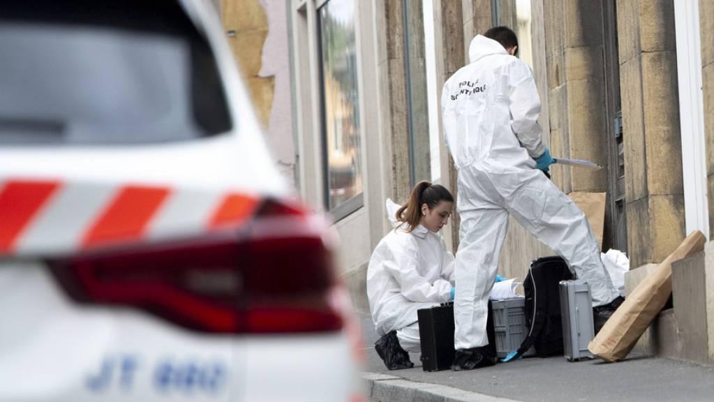Spezialisten der Waadtländer Polizei sichern Spuren am Tatort in Grandson VD. (Archivbild)