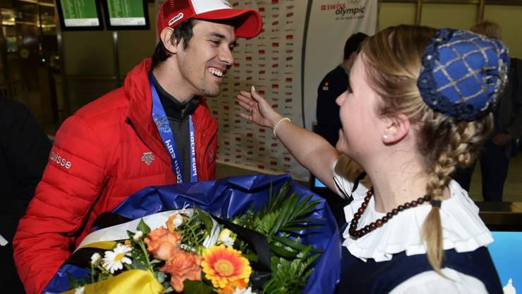 Der Schweizer Goldmedaillengewinner Sandro Viletta wird nach seiner Ankunft aus Sotschi am Flughafen Zürich gefeiert.