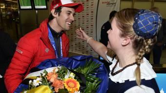 Fans feiern Olympiasieger Sandro Viletta nach Ankunft in Kloten