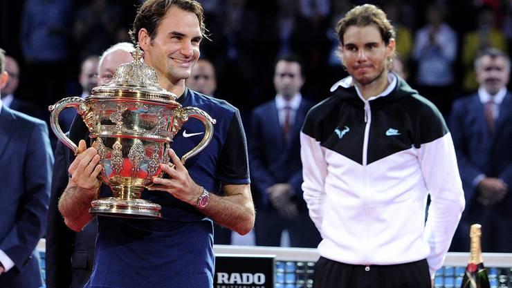 Federer hat gut lachen: Er schlägt Rafael Nadal an den Swiss Indoors im Final und gewinnt das Turnier zum 7. Mal