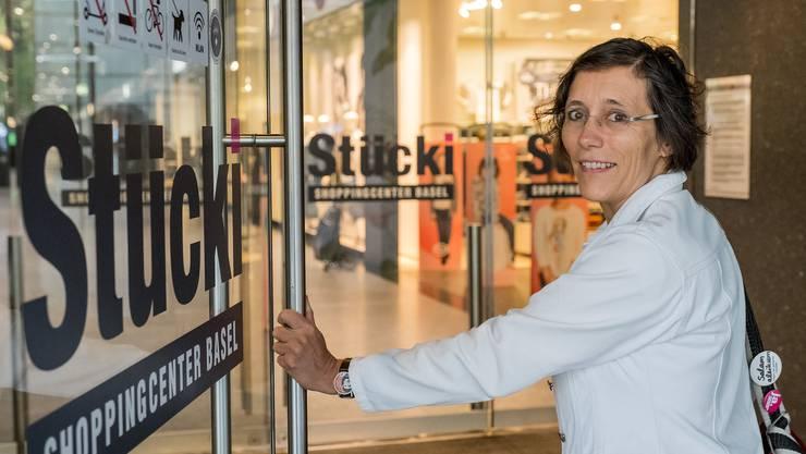 Heidi Mück geht mit der bz im Stücki Shoppingcenter auf Einkaufstour.