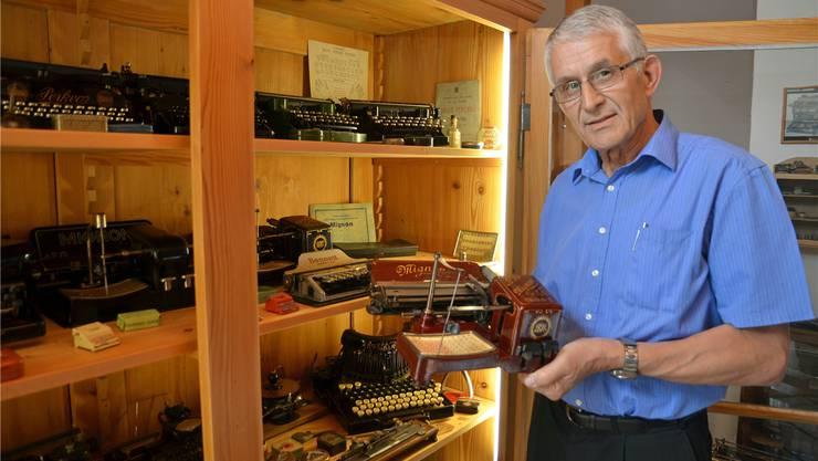 Erich Holliger, Chef der Regionalpolizei Muri, sammelt antike Schreibmaschinen und hortet bei sich über 100 Stück. ES