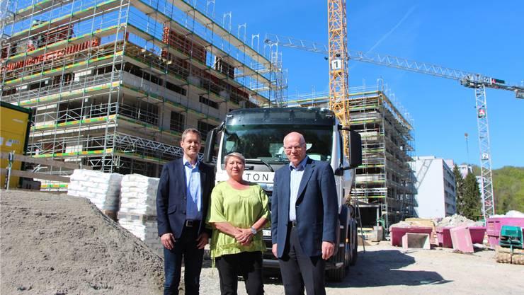 Vor der Grossbaustelle im Alterszentrum Kehl (v. l.): Martin Haefeli, Leiter Finanzen, Daniela Oehrli, VR-Präsidentin, und Ueli Kohler, Geschäftsführer.