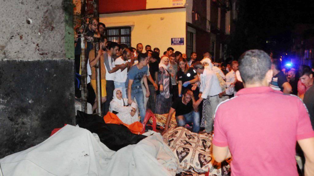Trauer nach der Feier: Ein Hochzeitsfest in der Türkei wurde von einem Bombenanschlag getroffen - mindestens 30 Menschen starben.
