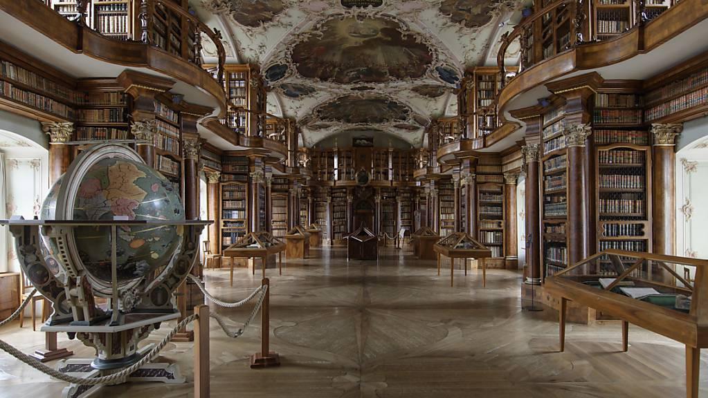 Zu den im Managementplan für den St.Galler Stiftsbezirk aufgeführten Massnahmen gehört auch eine Untersuchung der Ausstattung des Barocksaals der Stiftsbibliothek. (Archivbild)