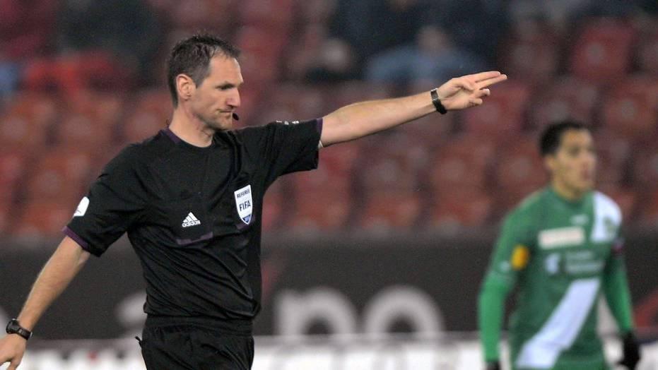 Der Ostschweizer Schiedsrichter Nikolaj Hänni wird in der neuen Fussballsaison öfters auf den Elfmeterpunkt zeigen.