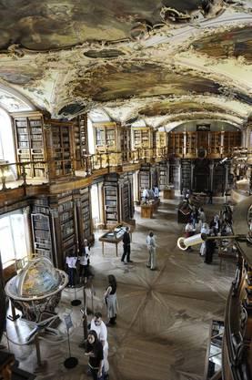 Die Stiftsbibliothek St. Gallen ist die einzige grosse Klosterbibliothek des Frühmittelalters (der Bau barocke Bau stammt allerdings aus dem 18. Jahrhundert), deren Bestand aus Hunderten von Pergament-Handschriften vom 8. Jahrhundert bis heute zusammengehalten werden konnte.