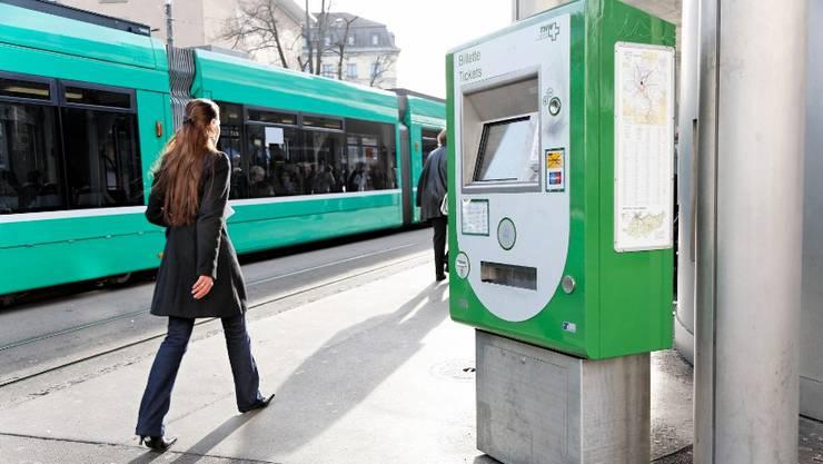 Viele Passagiere lösen ihr U-Abo gleich an einem Billettautomaten wie hier am Barfüsserplatz.  Archiv