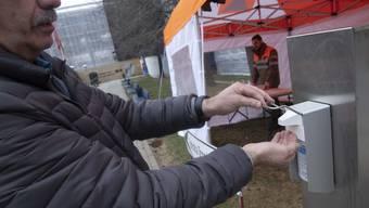 Im Tessin werden vor Spitälern Zelte zur Erstbeurteilung von möglichen Infizierten aufgestellt.
