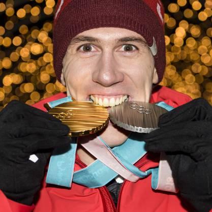 Ramon Zenhäusern ist der Fahnenträger für die Schweiz an der Schlussfeier. Er gewann an den Silber im Slalom und Gold im Team-Event.