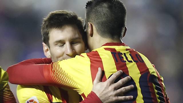 Lionel Messi gratuliert Tello zu seinen Toren gegen Levante.