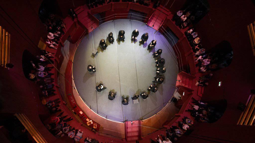 Spezielle Bühnensituation im Theaterturm auf dem Julierpass: Am Donnerstagabend feierte die Oper «Apocalypse» ihre Premiere. (ZVG)