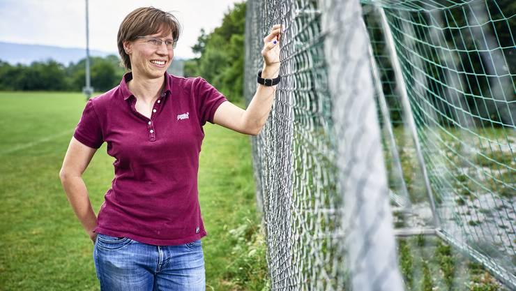 Ihre Begeisterung ist gross: Bei genauem Hinsehen entpuppt sich ein Ohrring von Patrizia Dreyer als Fussball.