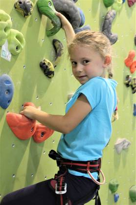 Wenn die siebenjährige Maya als angehende Ballerina nicht gerade auf den Spitzen steht, dann springt, hüpft und klettert sie fast wie ein Profi. Die Freude ist sichtbar, wenn sie sich im Eiltempo nach oben stemmt oder in einem Wettlauf gegen die Jungs in der Gruppe antritt. Viel Spass hat sie auch, wenn sie am Seil nach oben gezogen und aus 12 Metern Höhe wieder abgeseilt wird.