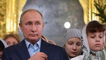 Der russische Präsident Putin in der St. Petersburger Kirche, wo er einst selbst getauft wurde.
