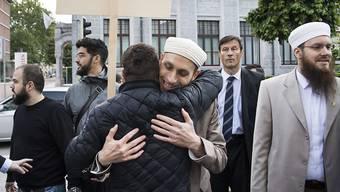 Nicolas Blancho, Praesident Islamischer Zentralrat Schweiz IZRS, rechts, Qaasim Illi, Medienverantwortlicher IZRS, Mitte, und Naim Cherni, Kulturproduzent IZRS, hinten links, erscheinen zum Prozess vor dem Bundesstrafgericht in Bellinzona, am Mittwoch, 16. Mai 2018.