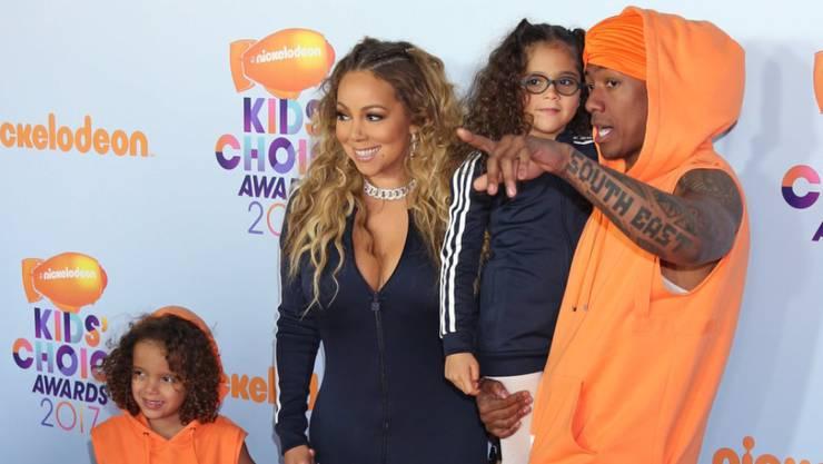 Mariah Carey, ihr Ex-Mann Nick Cannon und die gemeinsamen Zwillinge Morroccan und Monroe letzten Monat bei den Nickelodeon Kids Choice Awards. Weil Careys junger Lover Bryan Tanaka darüber motzte, ist er jetzt wieder Single. (Archivbild)