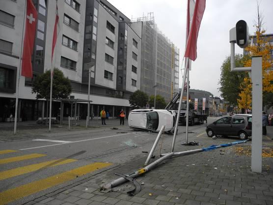 In Grenchen hat sich am Samstagmorgen ein Auto bei einem Verkehrsunfall überschlagen. Die drei Fahrzeuginsassen wurden dabei leicht verletzt.