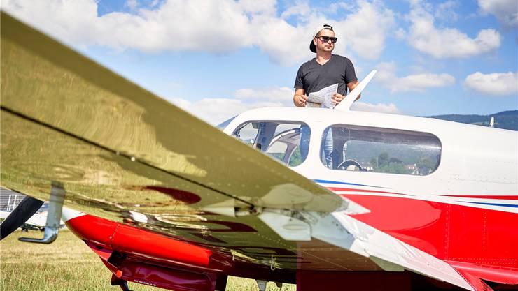 Jungbauer Simon Häfeli aus Seon mit einer vierplätzigen Mooney M20J auf dem Flugplatz Birrfeld.