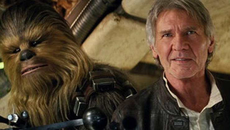 """Die Lederjacke, die Harrison Ford (r) als Han Solo in """"Star Wars: The Force Awakens"""" getragen hat, ist für einen guten Zweck versteigert worden. (AP Lucasfilm FILM FRAME)"""