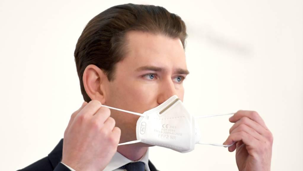 Sebastian Kurz (ÖVP), Bundeskanzler von Österreich, setzt seine Mund-Nasen-Bedeckung auf.