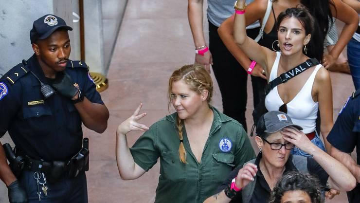 Schauspielerin und Comedian Amy Schumer (links) und Model Emily Ratajkowski (rechts) wurden festgenommen.