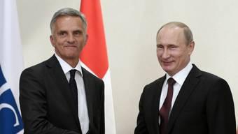 Didier Burkhalter traf Russlands Präsident Putin 2014. Das EDA ist bei den Bundesratsparteien wegen der Baustellen in der Europapolitik nicht eben beliebt.
