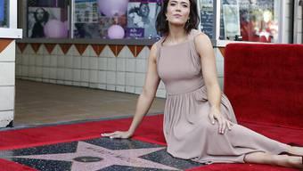 """Ein Stern für den Star: US-Schauspielerin Mandy Moore posiert mit ihrer neuen Auszeichnung auf dem """"Walk of Fame"""" in Hollywood."""