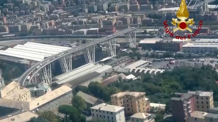 Bei der Morandibrücke in Genua war im August ein 180 Meter langes Stück in die Tiefe gestürzt - nun werden die Überreste auf ihre Stabilität geprüft. (Archiv)