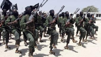 Neu ausgebildete Al-Shabaab-Kämpfer führen Übungen durch (Archiv)