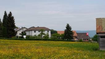 Läuft alles wie am Schnürchen, entsteht hier ab 2021 das Alterszentrum Hintermatt. Das Grundstück befindet sich in Bergdietikon an der Schönenbergstrasse. DEG