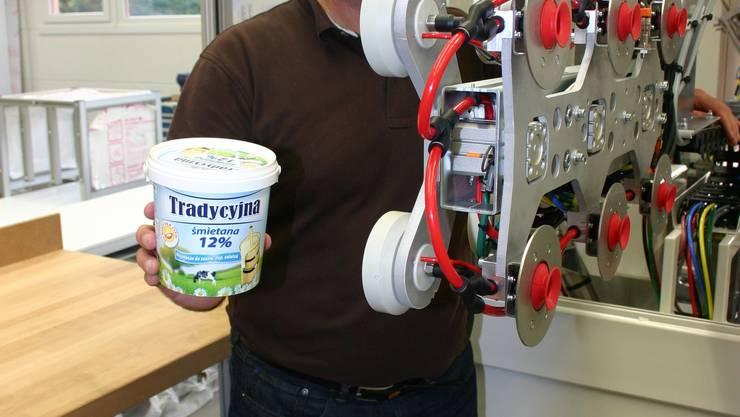 Dekoriert: Nicolas Beck zeigt ein Produkt, das mit Hilfe einer Anlage seiner Firma verschönert wird. zim
