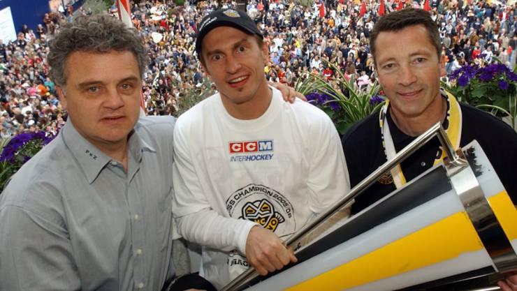Luganos Captain Ville Peltonen, umrahmt von Trainer Harold Kreis (rechts) und Assistenztrainer Ivano Zanatta, posieren am 19. April 2006 auf der Piazza della Riforma mit dem Meisterpokal
