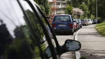 Nach Einführung der Parkkarte wurde festgestellt, dass weniger Autos entlang der Strassen parken. (Symbolbild)