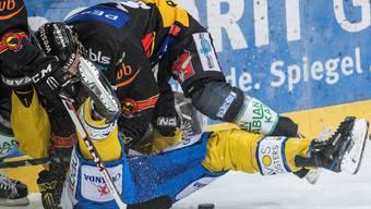Symptomatisch für die Halbfinal-Serie: Oben der SC Bern (Pascal Berger), unten der HC Davos (Félicien Dubois).