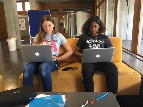 Christa und Jenina sind in ihre Recherchearbeit vertieft, damit auch ihr nächster Radiobeitrag ein Knaller wird.