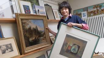 Sonia Bassi vom Brockino am Erasmusplatz präsentiert einige Kunstwerke.
