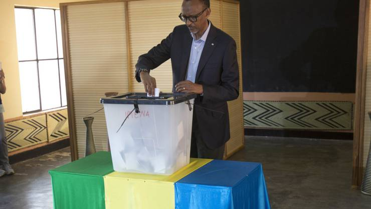 Wird mit grosser Sicherheit erneut die Wahlen gewinnen: Ruandas Präsident Paul Kagame, hier bei der Stimmabgabe in der Hauptstadt Kigali.