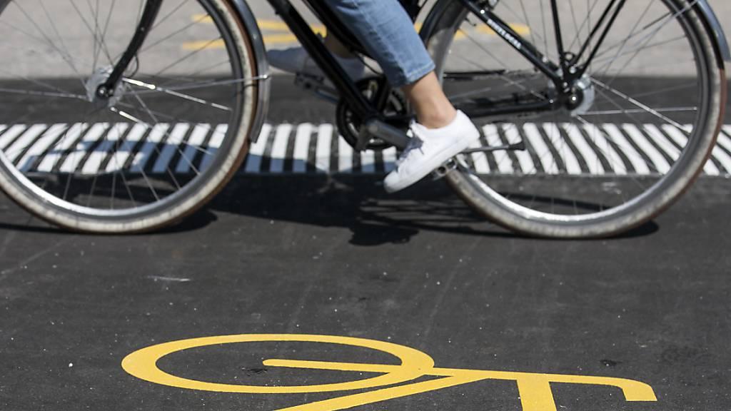 Stans: Radfahrerin verletzt sich bei Sturz