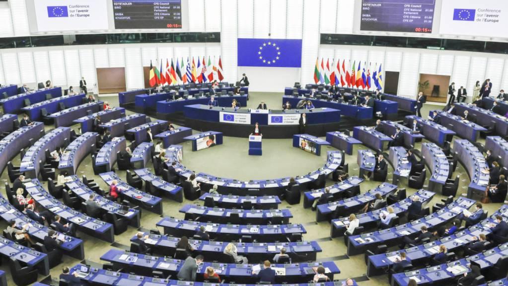 Politiker und Bürger haben die Beratungen der Konferenz zur Zukunft Europas gestartet. In einer ersten Plenarsitzung im Europaparlament beteuerten fast alle Redner den Willen zu umfassenden Reformen.