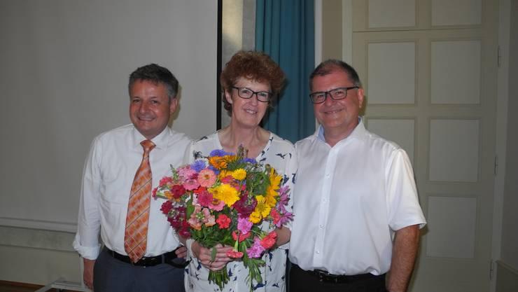 Vereinspräsident Andreas Kummer (links) und Bachtelen-Gesamtleiter Karl Diethelm verabschieden Chefsekräterin Ruth Zurschmiede, welche seit 1982 für das bachtelen tätig war.